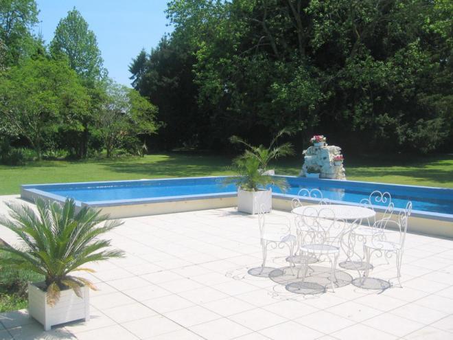 un petit coin sympa au bord de la piscine